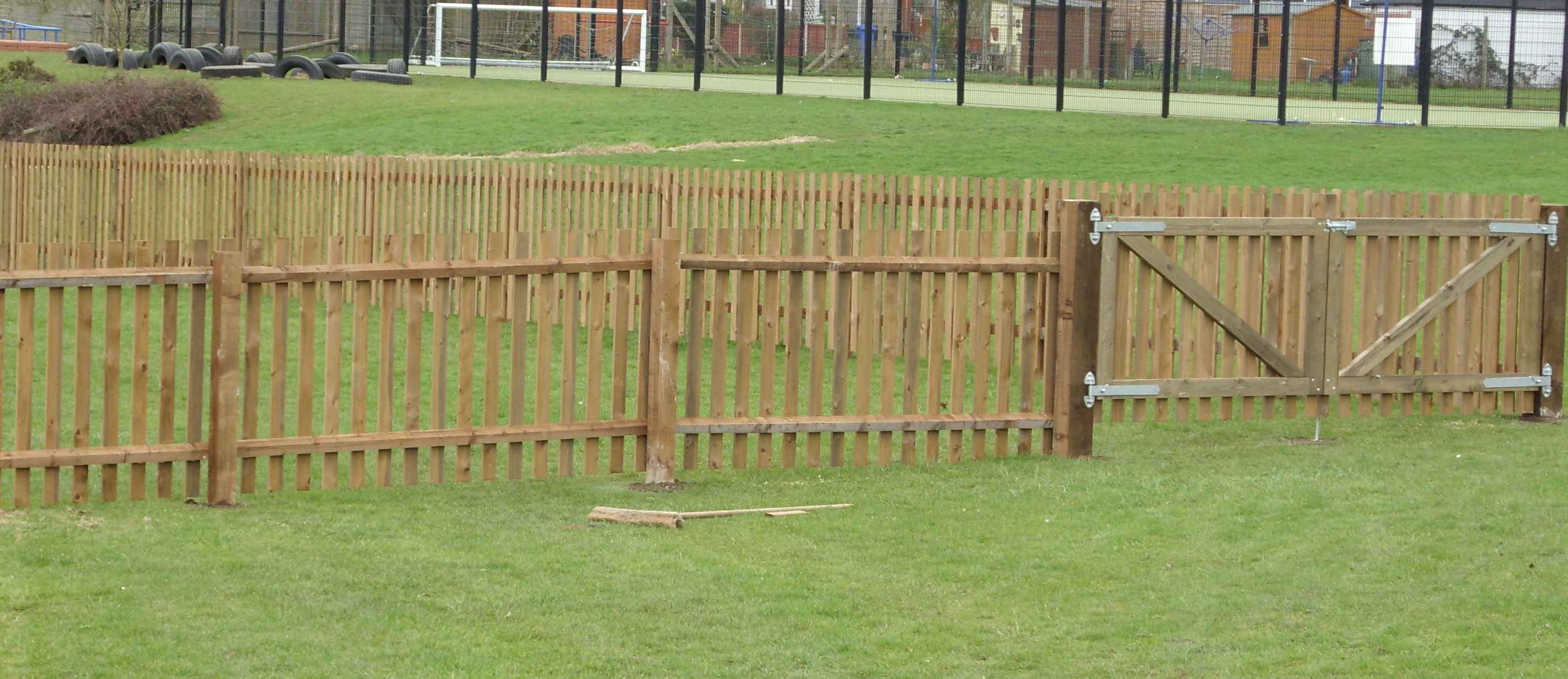 picket fencing with flat tops