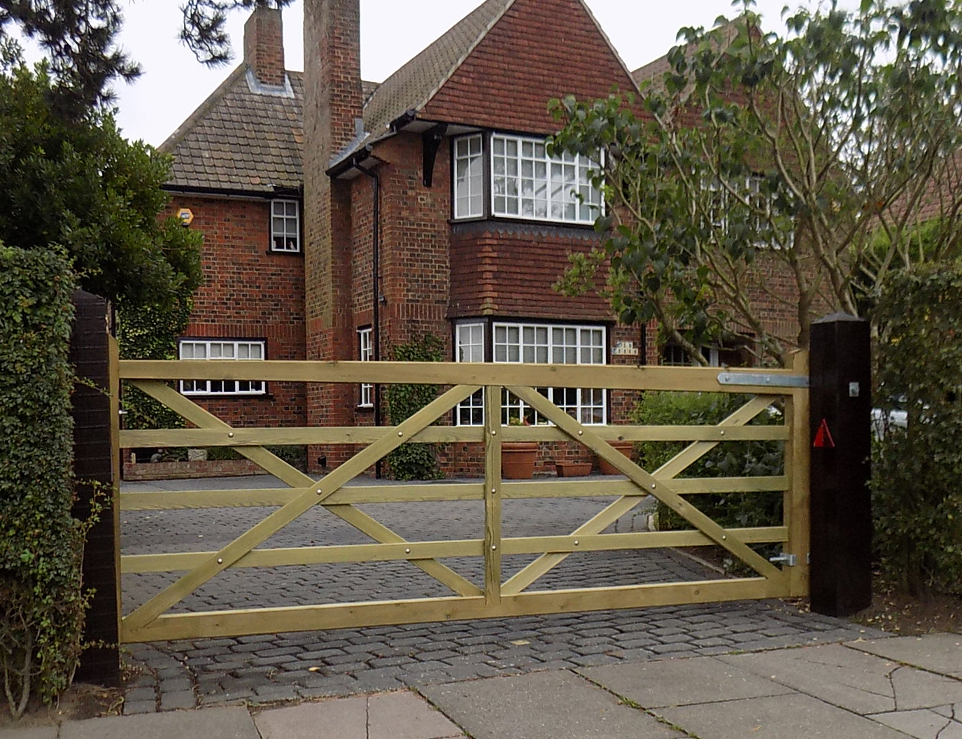Kennet 5 bar gate with heavy base rail